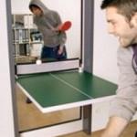 Tavolo da ping pong nella porta