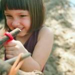 I lega bastoni per costruire le capanne dei bambini