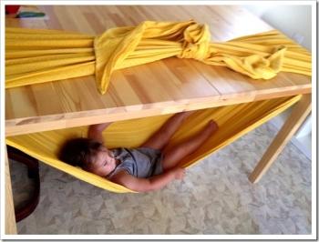 amaca bambino sotto al tavolo